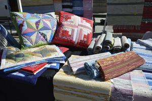 Förutom ätbara produkter kunde man köpa hemtillverkade mattor, dukar och kuddöverdrag.