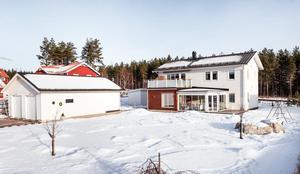 Välplanerad 2-plans villa byggd 2010 med högt läge på barnvänliga Galgberget.