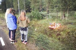 Trafikolyckan där en 20-årig man från Lillhärdal omkom väckte stor sorg och förstämning. Många samlades vid olycksplatsen för att minnas mannen som var en omtyckt konfirmandledare.