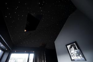 Det är rejäl takhöjd i sovrummet, med infällda, små lampor.