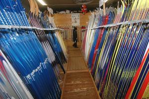 Brist på längdskidor må det vara i övriga landet men inte i Knåda.