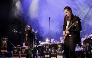 The Show Must Go On. På sång Nisse Molin och på gitarr Anders Fröjd.