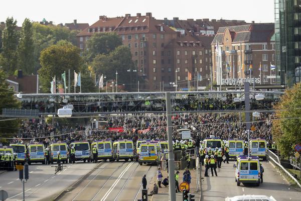 Polis stoppade motdemonstranter vid Gothia Towers på lördagen.
