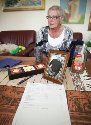 """Dagmar """"Daggan"""" Kjellbergs värld har kastats omkull efter att hon fått ett kravbrev på en skatteskuld som gäller hennes make Rune som varit död i 15 år. """"Jag blev arg, ledsen och besviken"""", berättar hon."""