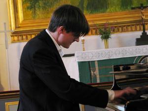 Martin Edin är en skicklig jazzimprovisatör med bas i den klassiska musiken.