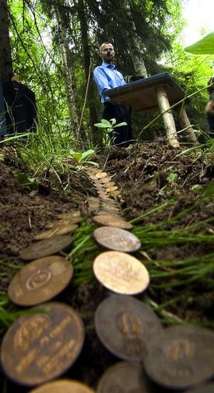 Till salu? Petter Börjesson har placerat ut gamla patinerade mynt i en slinga i mossan.