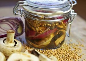 Svamppickels är i praktiken ättiksinlagd svamp smaksatt med rödlök, senapskorn och kryddpeppar.