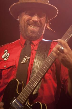Mankuus vispop gick inte sällan över i rockiga gitarrsolon.