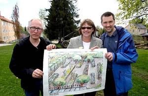 Glada miner var det när startskottet gick för att bygga Nordens första klosterträdgård i Härnösand, från vänster Caj-Åke Hägglund, Ninni Smedberg och Henrik Öhrn.