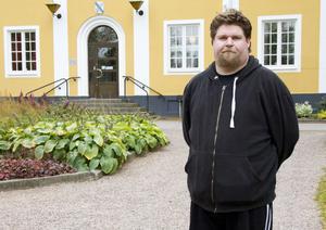 Ola Sjökvist (SD) har lägst närvaro av alla ordinarie ledamöter i kommunfullmäktige. Han vill inte kommentera siffrorna.