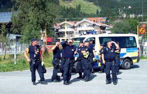 Polisbevakningen runt Holiday Club på Åre strand var redan tidigt i går massiv, många timmar innan ministrarna skulle anlända.