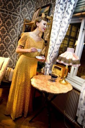 I en gul hellång klänning i mjuk spets kan man vänta på middagssällskapet. En kopp kaffe så man piggnar till. Fyndat på Nybo Café.