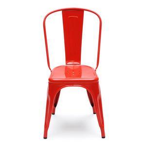 Den röda stolen i metall är stapelbar och passar lika bra utomhus som inomhus. Urbanliving.se, 2105:-.