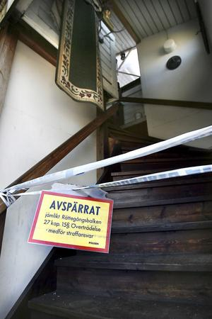 Arkivbild. Uppgången till den 64-årige Gnarpsbons lägenhet är avspärrad.