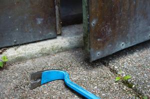 Med hjälp av en kofot försökte en 26-åring man bryta upp en myntbehållare till en offentlig toalett. Bilden är en arkivbild.