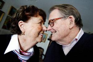 """Åsa och Alf har varit gifta i 49 år och tycker inte att kärleken förändrats mer än att det numera spelar mindre roll att komplicera saker. """"Vi är bästa vänner och det är väl det förnämsta man kan vara i ett förhållande"""" säger Åsa."""