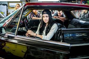 Mathilda Iversen är tjugo år och är medlem i R.R.U – Röret rakt ut. Hon är nybliven ägare till en Chevrolet Impala från 1964.