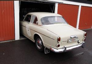 Åke kunde lika gärna backa bilen ut från Volvofabriken. På skicket ser det ut som om den kommer direkt därifrån.