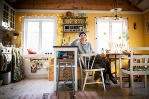 Elin Lindström från Sundsvall köpte ett charmigt torp på Hemsön. På 38 kvadrat har de allt de behöver för ett lugnt liv på landet. – Vi tycker om att vara nära och tillsammans, säger Elin Lindström.