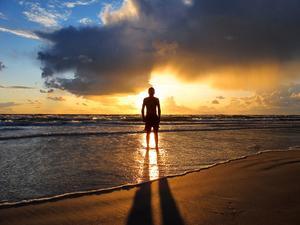 Min son Olle tog ett kvällsdopp i havet vid Tofta strand.