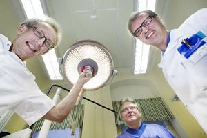 I EXPERTERNAS HÄNDER. Anders Holmlund, övertandläkare inom tandlossning, Mats Hallman, klinikchef, docent och     övertandläkare inom käkkirurgi och Arne Mordenfeld, övertandläkare inom käkkirurgi, sysslar alla tre med framstående forskning.