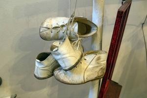 De första skorna har blivit en inredningsdetalj.