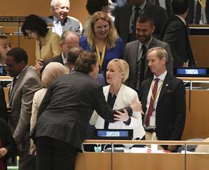 Hollands FN-ambassadör gratulerar utrikesminister Margot Wallström och FN-ambassadör Olof Skoog i FN:s generalförsamling efter tisdagens omröstning om vilka länder som ska få en icke-permanent plats i säkerhetsrådet 2017-18. Sverige valdes in i säkerhetsrådet.