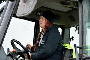 På Knösbrudens kohotell blir det många timmar bakom ratten i traktorn.