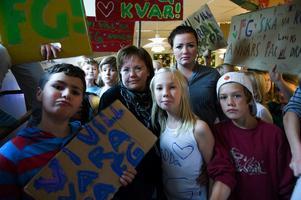 Ett 40-tal 10-12-åringar har köpt gårdskort på fritidsgården i Grycksbo i höst. I vår hänvisas samma elever till skolans fritids. - Vi vill ha kvar FG, fritids är inte samma sak, säger Molly Danielsson som skrivit sitt protestbudskap på ett linne. Foto:Anna Klintasp