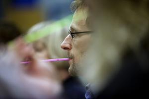 Johan Severin värmer upp med sugrör.