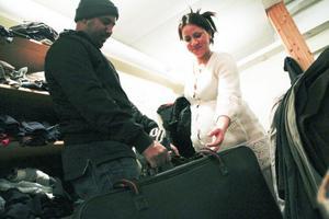 Samiha Madi får hjälp av grannen Tekia Gebrmadhin hitta en västa inför resan.