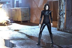 """Efter att ha hoppat över en film i """"Underworld""""-serien är Kate Beckinsale tillbaka i rollen som supercool mördarmaskin."""