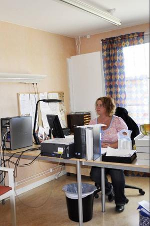 LSS-handläggare Malin Berglund har idag sitt kontorsrum inrett med lyftanordning i taket och paneler för el och syrgas.