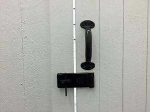 Förrådsdörrarna går att låsa och fönstren har  försetts med galler för att försvåra inbrott.