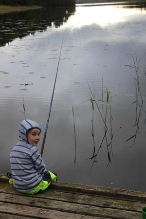 Casper har sitter och njuter av sin fiskestund. Foto: Carina Ohlsson