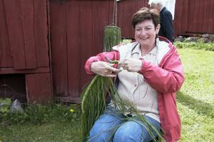 Greta Hedström visade hur man binder gräskronor. De användes förr som dekorationer, ofta på fäbodvallarna där de kunde hänga i ett fönster. I någon krona kunde Greta ta med smörblommor. Gräset hade hon tagit vid Voxna älv.