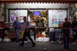 Israelisk polis spärrar av en butik där en knivattack utförts.