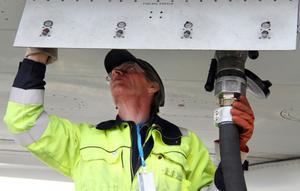 Lars Bengtsson har också jobbat i företaget och tankat flygplan under hela sitt vuxna liv. Nu blir han kvar som anställd hos Swedavia som i dag tar över tankningen av flygplanen på Midlanda.