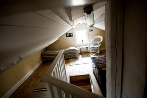 Efter. Övervåningen har förut bara använts som förrådsvind. Där finns nu två sovrum.
