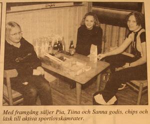 1996. Finska föreningen i Skinnskatteberg hade sportlovsaktiviteter 1996. Pia, Tiina och Sanna hjälpte till att sälja godis.