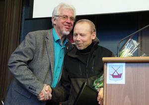 Jan-Eric Berger (C) överlämnade blommor och diplom till spårgeneralen Sören Larsson.