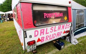 Tjejgänget från Dalsland bodde i sin egenpimpade husvagn.