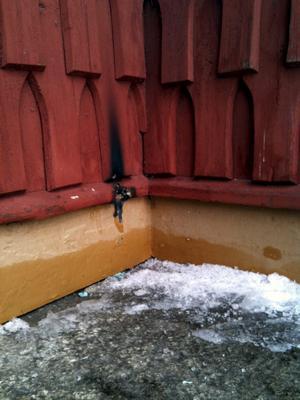 Om oturen varit framme hade Kopparberg kunnat vara utan kyrka. Efter att någon tänt ljus i vindfånget till västra porten har träfasaden eldskadats.bild: privat