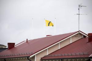 Gavlegårdarnas flagga vajar över fabriksområdet.