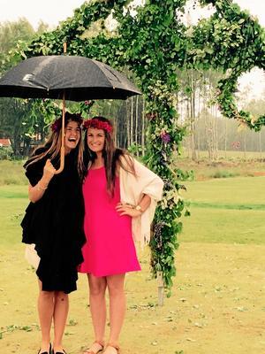 Julia Larsson och Emma Duncan såg så här glada ut i regnet på Lanna lodges midsommarfirande. Bilden blev bästa läsarbild i NA:s läsartävling.