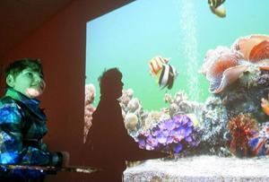 Hjalmar Nilsson är ibland i det särskilda sinnesrummet där rörliga bilder från en datorplatta projiceras på en vägg.