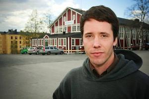 Tyske konstnären Sebastian Stumpf berättar på lördagen om sin konst vid ett seminarium på Färgfabriken i Östersund.