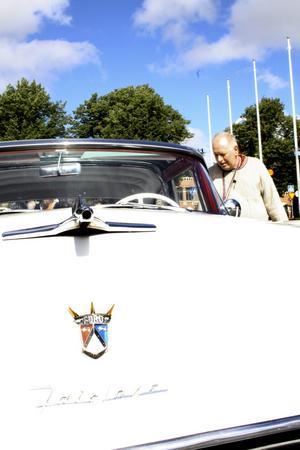 Gräddvit godsak. Göran Karlsson kikade in i sin favoritbil Ford Fairlane, som var en av alla utställda bilar under den motorhistoriska dagen.Bild: JAN WIJK