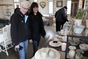 I lusthuset tittade Ingegerd Norén och Pernilla Qvarnström på keramik.