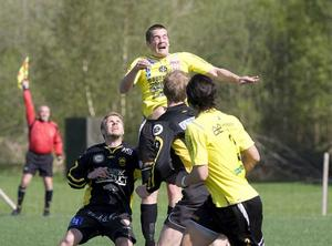 Högt. Henrik Näsström når högst i luften - men just den här situationen till ingen nytta eftersom linjemannen har offsideflaggan höjd.